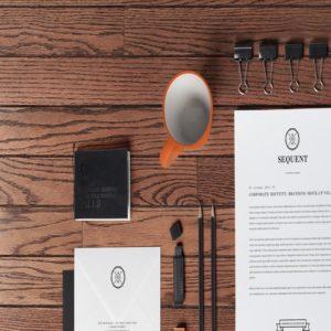 bureau avec feuille de papier pince tasse et crayon.
