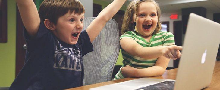 Photo d'enfants qui jouent sur un MAC.