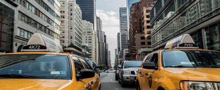 Photo de taxis jaunes.