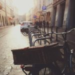 Photo d'une rue avec vélo.